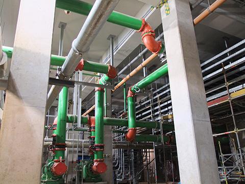 Verschiedene Kupplungen, Formteile und Ansaugdiffusoren, die im gesamten Kraftwerk installiert sind